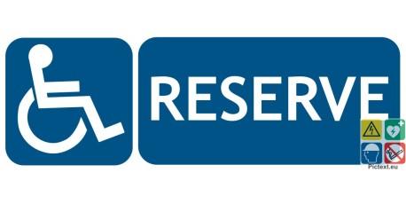 Panneau réservé aux handicapés PMR